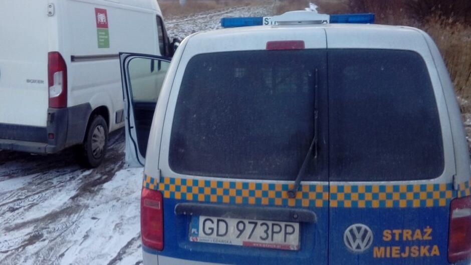 radiowóz straży miejskiej samochód ze Schroniska Promyk pole