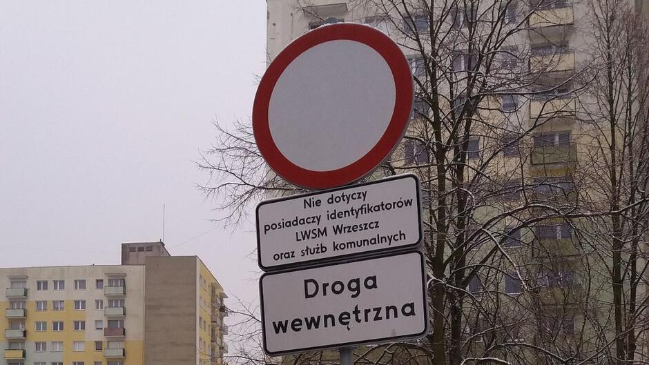 znak drogowy Zakaz Ruchu z tabliczką nie dotyczy mieszkańców LWSM Wrzeszcz oraz służb komunalnych znak Droga Wewnętrzna bloki mieszkaniowe