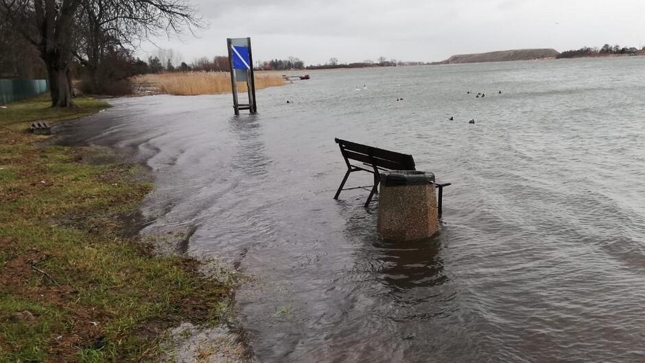 ławka zalany wodą chodnik