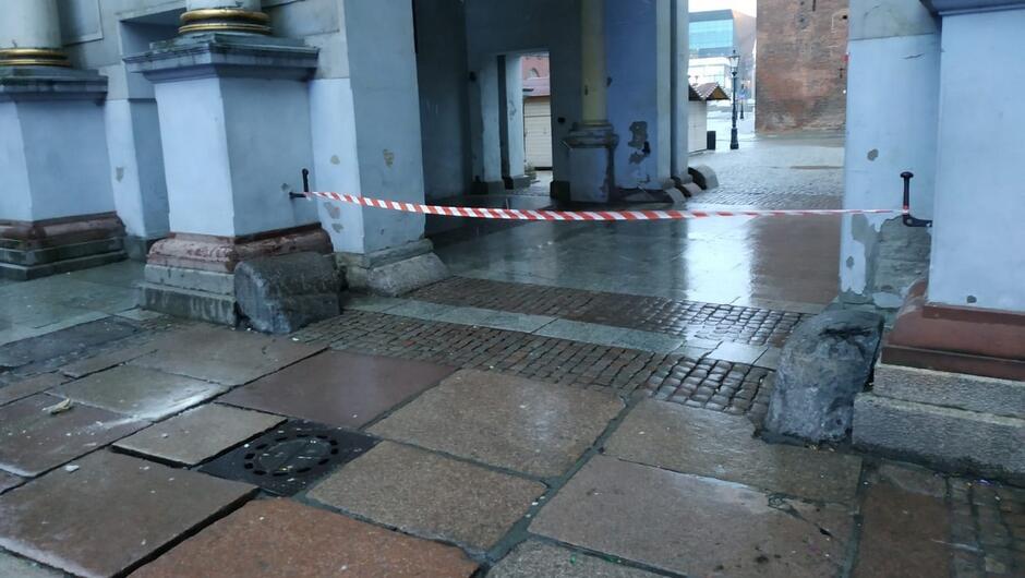 brama taśma zabezpieczająca dachówka na chodniku