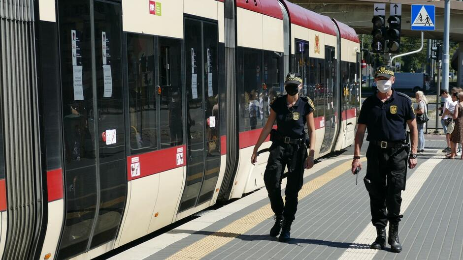 Strażnicy miejscy przystanek komunikacji miejskiej tramwaj ulica wiadukt przechodnie.JPG
