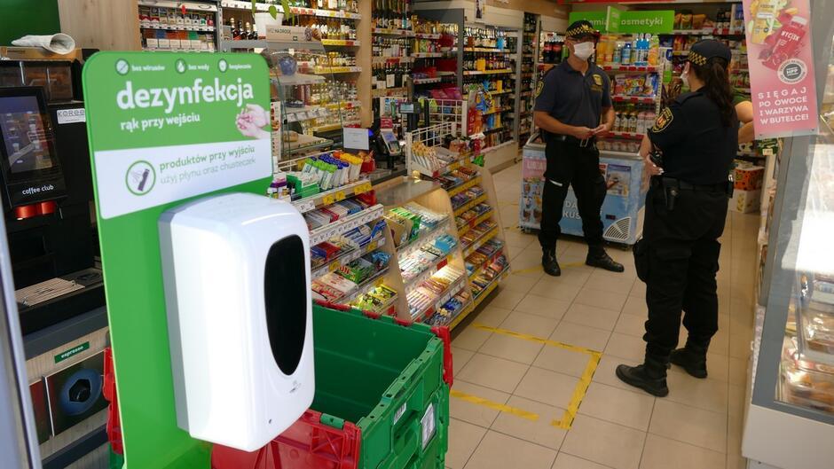 Strażnicy miejscy sklep spożywczy płyn do dezynfekcji artykuły spożywcze ekspedientka.JPG