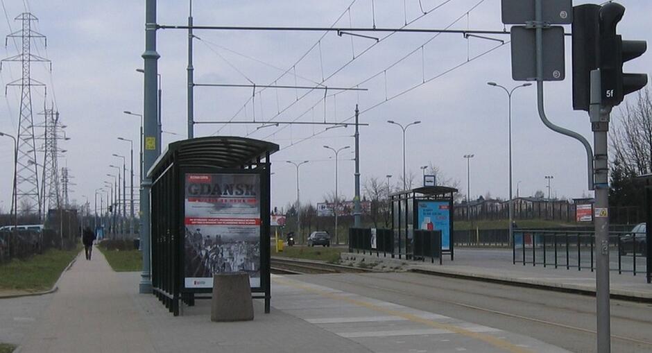 przystanki tramwajowe słupy wysokiego napięcia chodnik trakcja tramwajowa pieszy trawnik