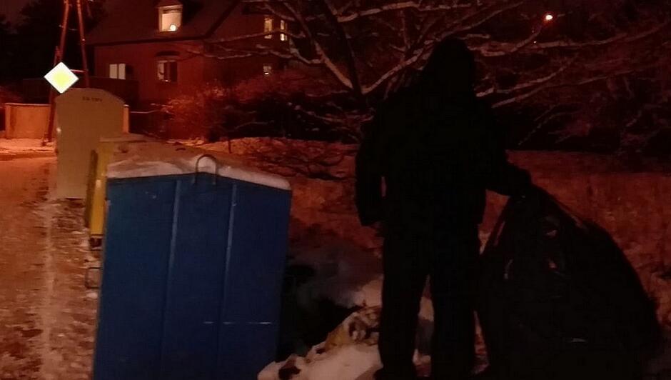 pojemniki na odpady dom znak droga z pierwszeństwem człowiek wyrzucający worek zaśnieżona ulica