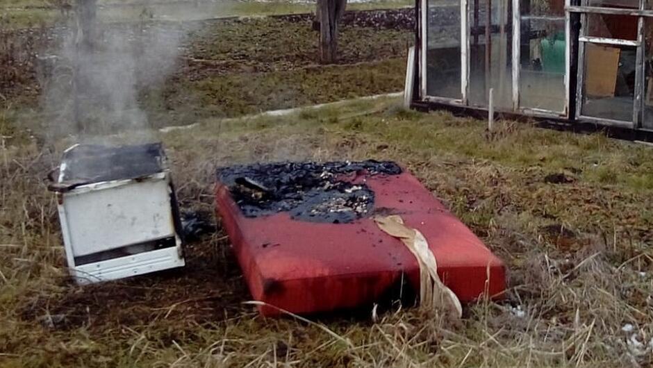 spalony tapczan i lodówka ogródek dzialkowy szklarnia