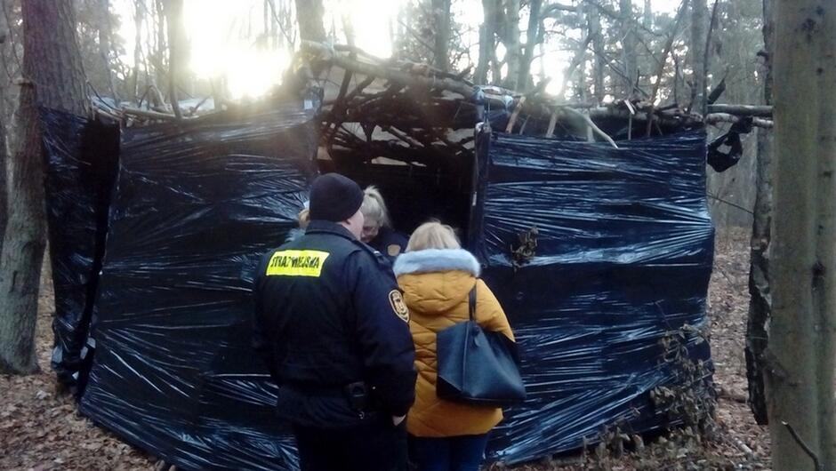 las namiot z folii strażnicy pracowniczki MOPR