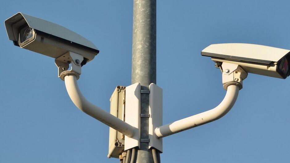 kamery montoringu zamontowane na metalowym słupie