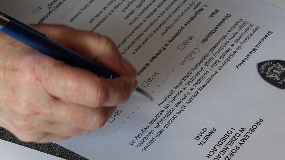 dłoń z długopisem ankieta