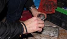 pobieranie próbke popiołu do kontroli ręka popiół
