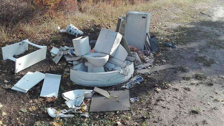 ul. Sówki wyrzucone na trawnik odpady poremontowe drzewa sedes brodzik lodówka meble łazienkowe