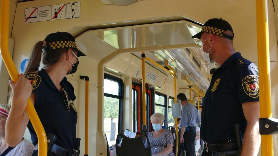 strażnicy w tramwaju pasażerowie.JPG