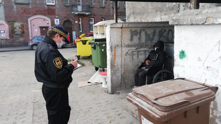 Strażnik miejski bezdomny kontrola wiata śmietnikowa
