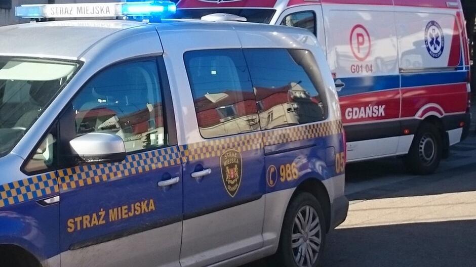 radiowoz straży miejskiej i karetka pogotowia