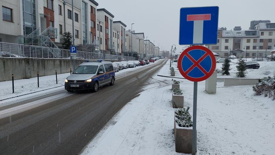 radiowóz straży miejskiej osiedle mieszkaniowe, znak b-36