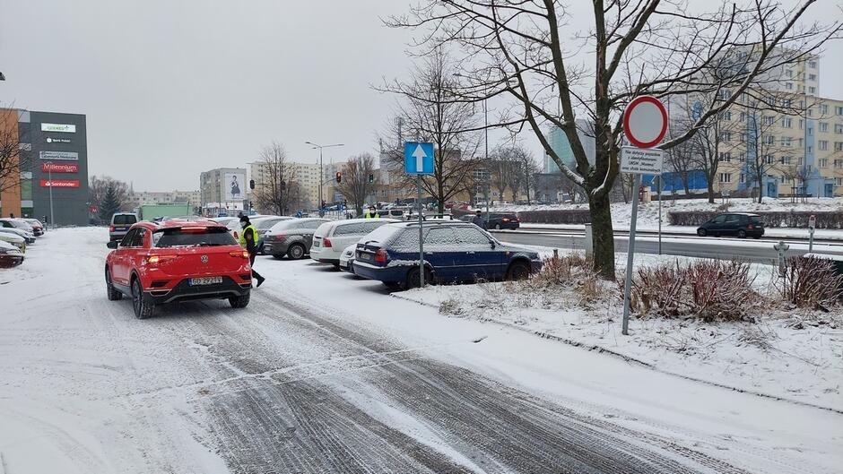 strażniczka parking znak B-1 zakaz ruchu zaparkowane samochody bloki mieszkalne