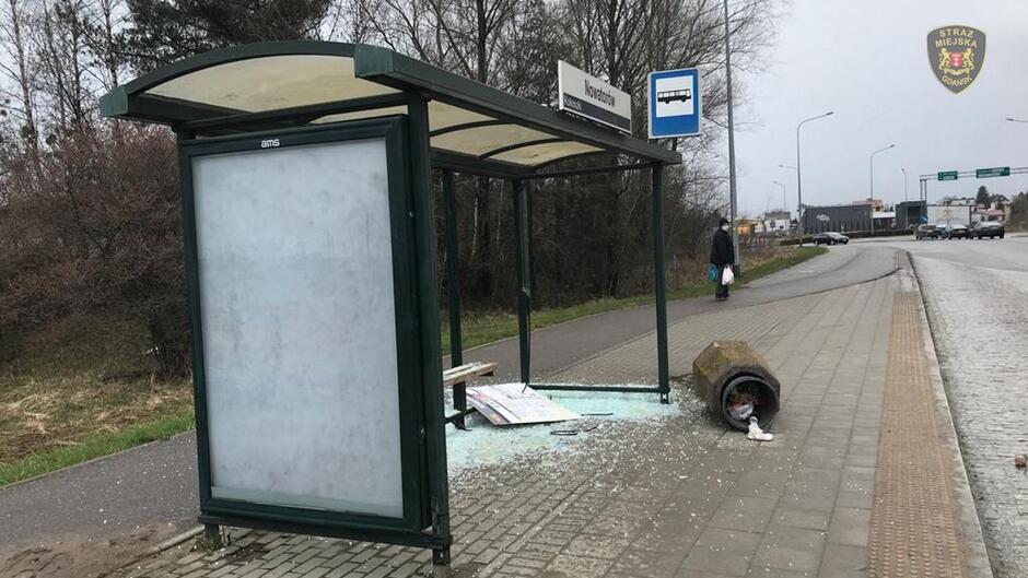 Zniszczona wiata przystankowa przy ulicy Nowatorów