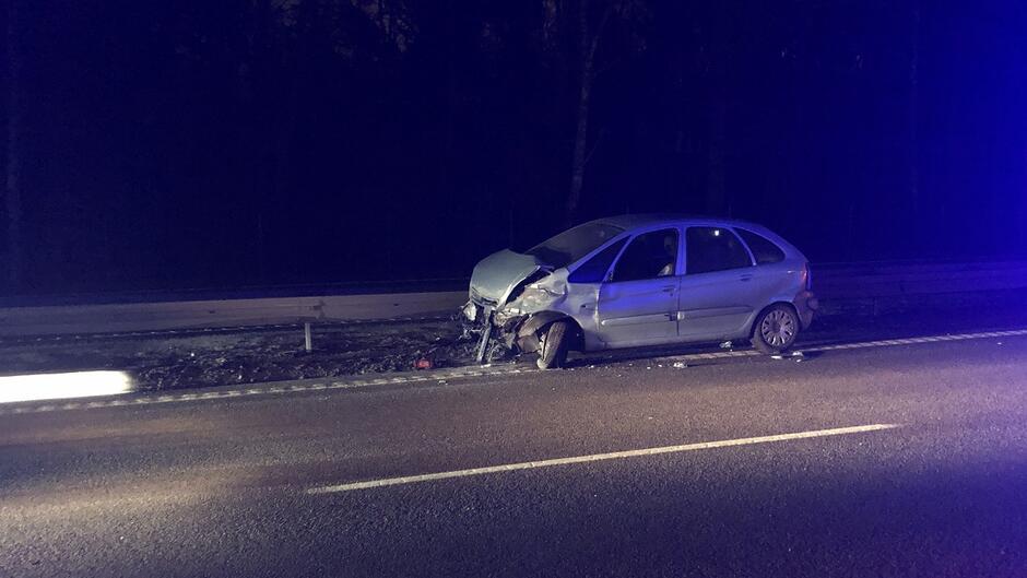 Zniszczone auto po zderzeniu z barierką