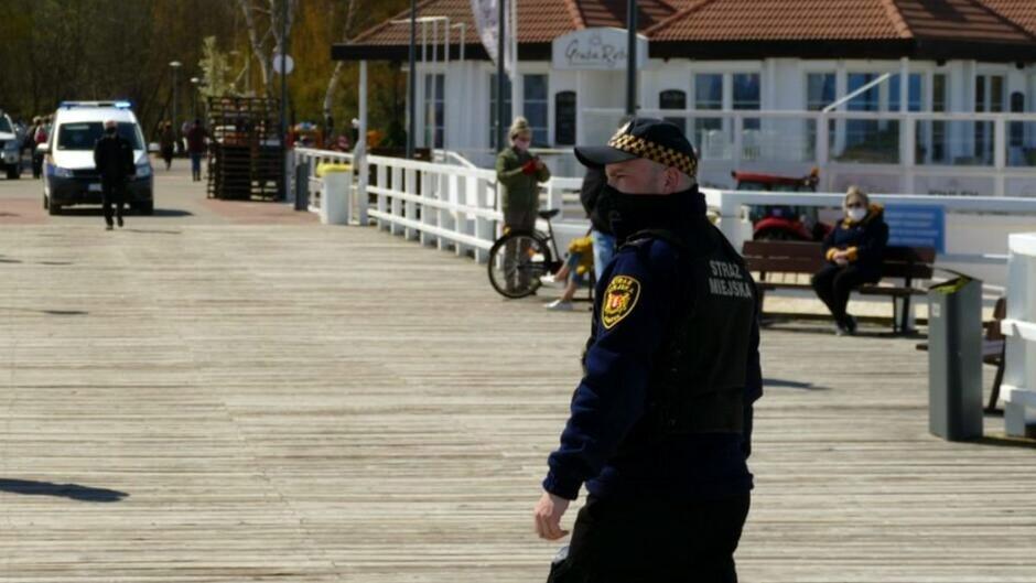Straznik sprawdzający przestrzeganie zasad bezpieczeństwa na molo w Brzeźnie
