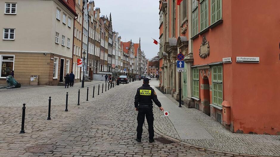 Strażnik z lizakiem do kontroli ruchu kamienice ulica Św Ducha
