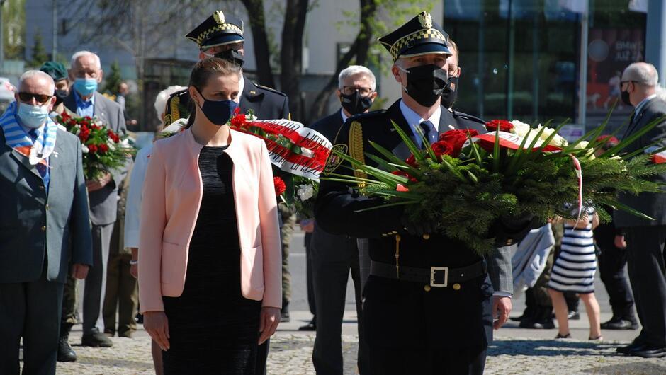 strażnicy z kwiatami kombatanci dlegacja gości.JPG