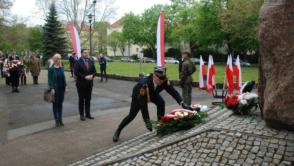 strażnik składa kwiaty pod pomnikiem generała Maczka prezydent Piotr Borawski delegacje z kwiatami.JPG