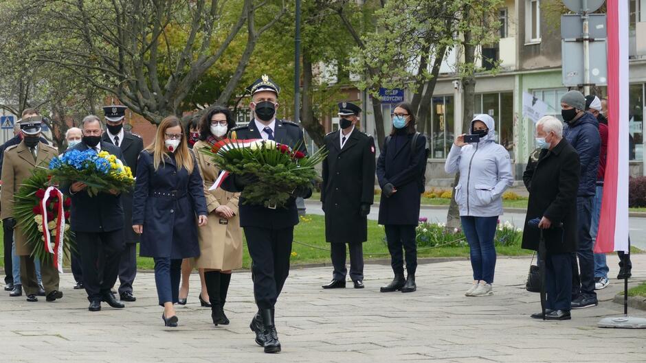 strażnik z wieńcem, Aleksandra Dulkiewicz delegacje z kwiatami.JPG