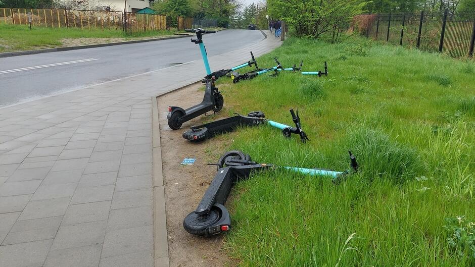 Hulajnogi porzucone przy chodniku