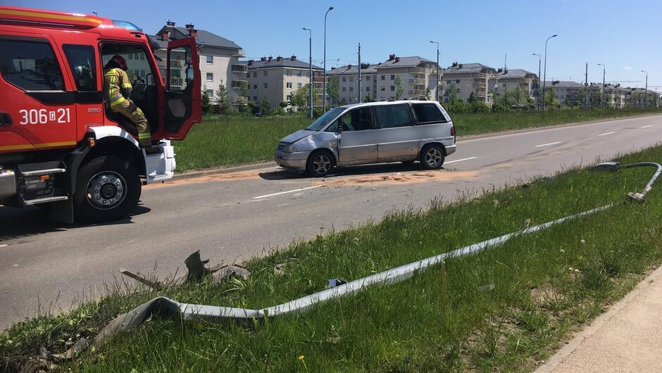 Rozbity samochód na jezdni wóz Straży Pożarnej osiedle.JPG