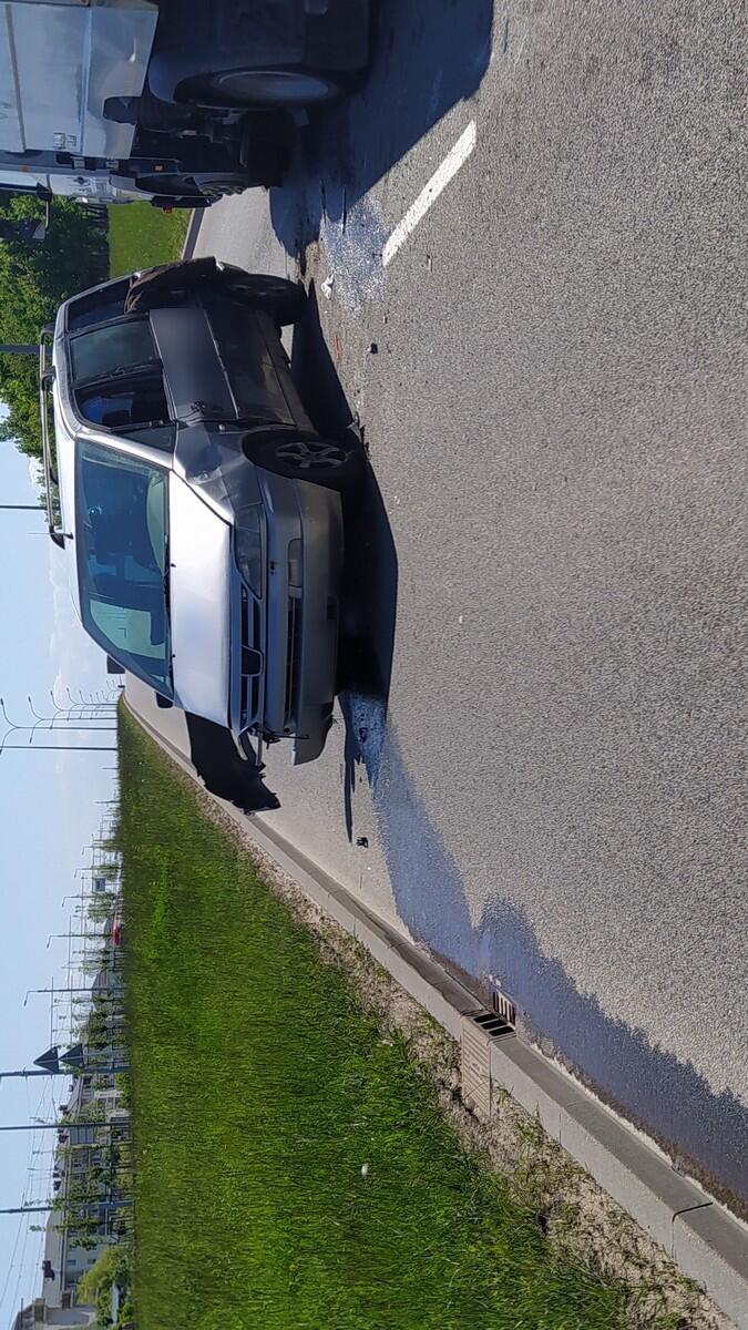 Rozbity samochód na jezdni wyciekające paliwo trawnik osiedle.JPG