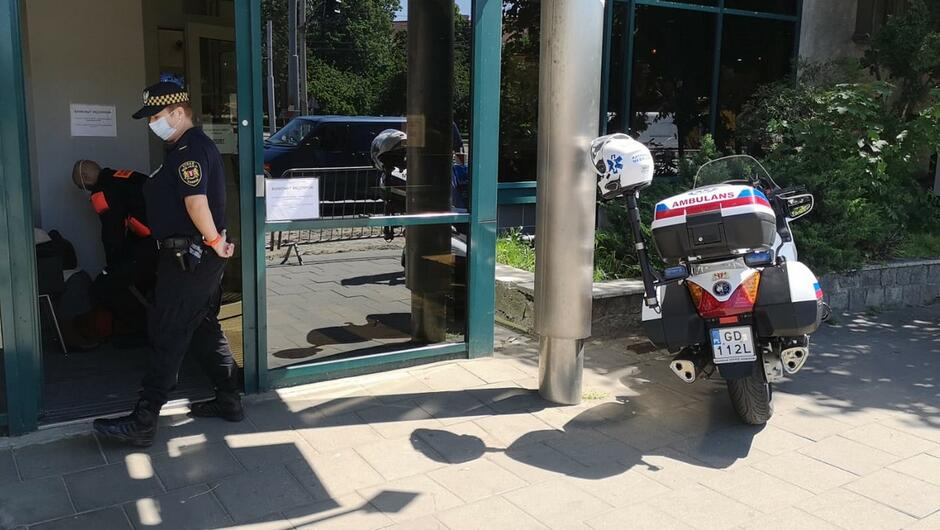 strażniczka ratownik medyczny budynek banku motoambulans