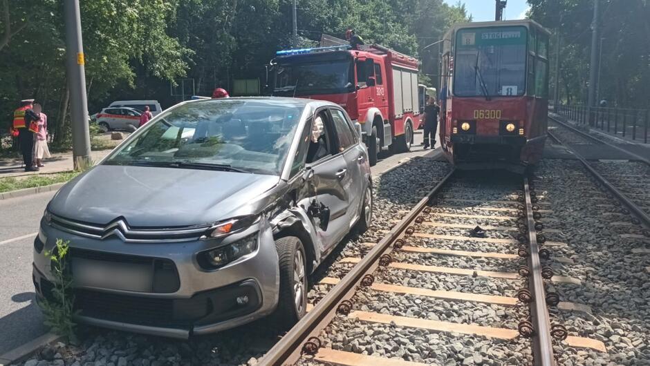 Rozbity samochód, tramwaj wóz straży pożarnej, las torowisko