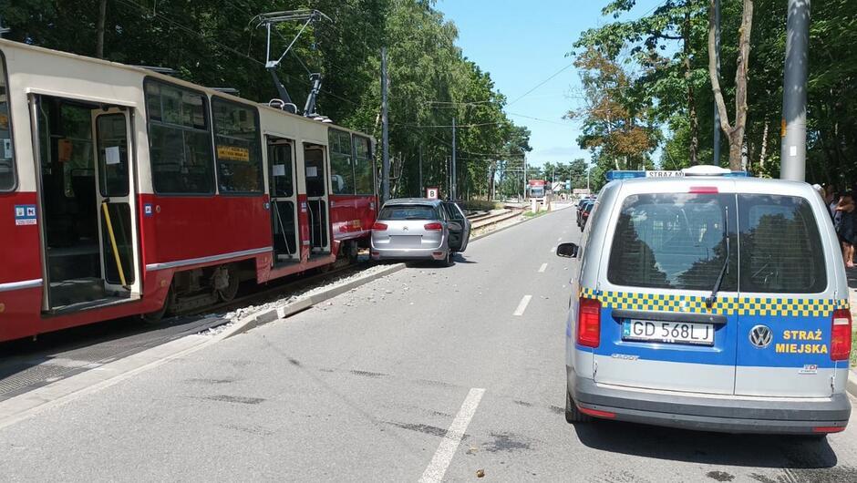 tramwaj radiowóz straży miejskiej, samochód osobowy ulica.