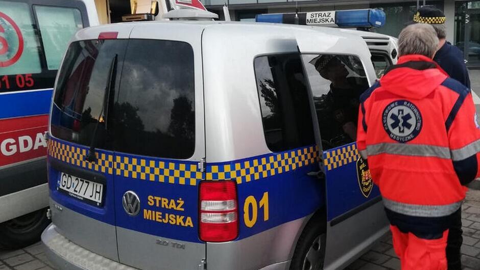 strażnik miejski, radiowóz karetka ratownik medyczny