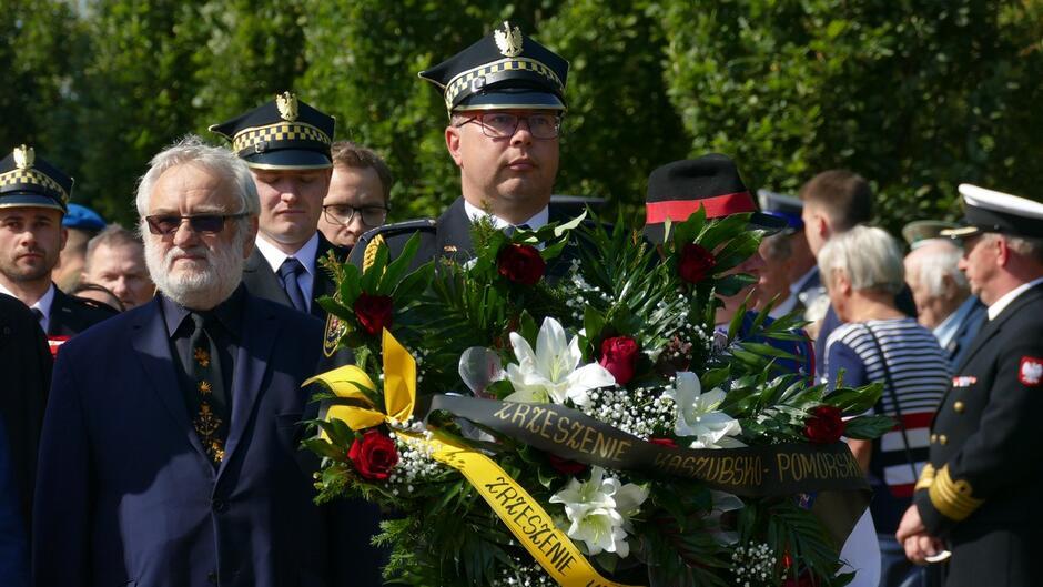 Strażnik z wieńcem Zrzeszenia Kaszubsko-Pomorskiego delegacje .JPG