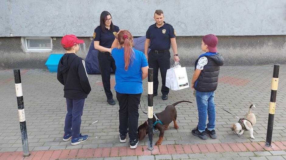 Strażnicy dziękują dzieciom za wzorową postawę wobec potrzebującego pomocy mężczyzny