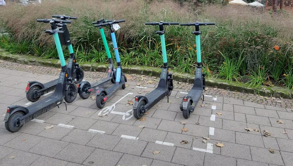 hulajnogi zaparkowane w miejscu wyznaczonym
