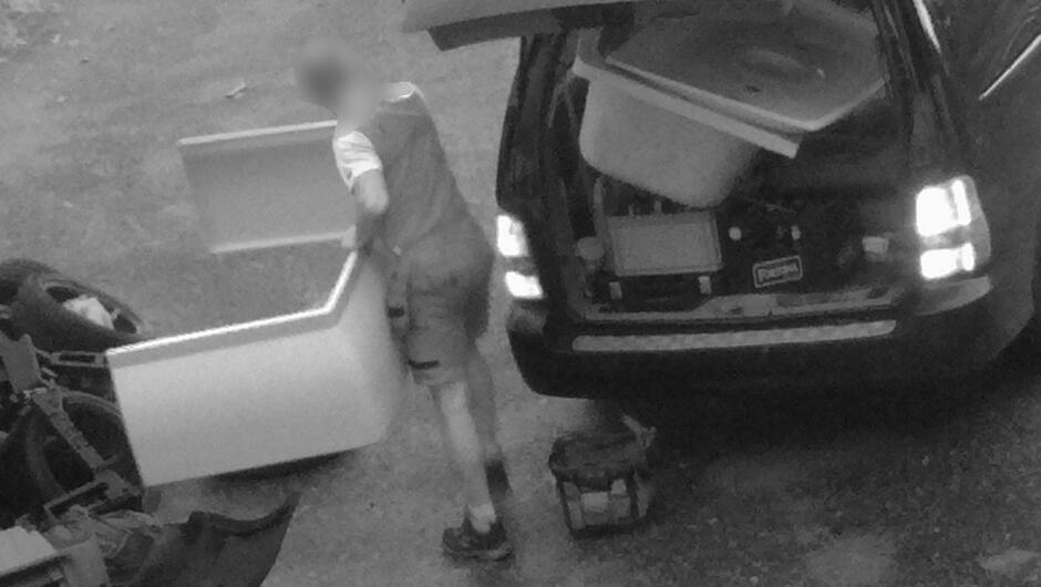 mężczyzna wyrzuca śmieci z samochodu.JPG