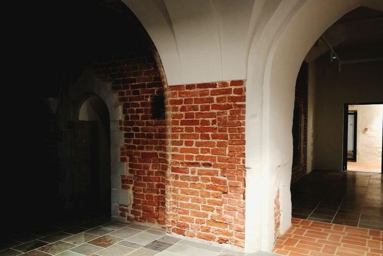 Die Galerie Komora Palowa besuchen und Geschichte atmen