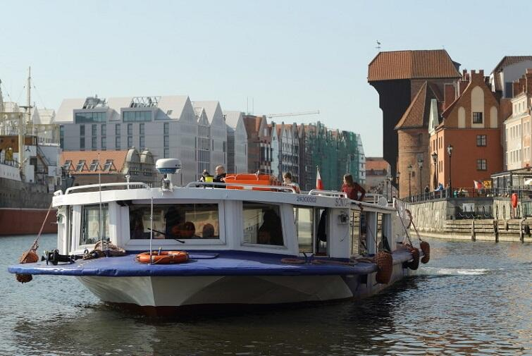 A cruise by a water tram