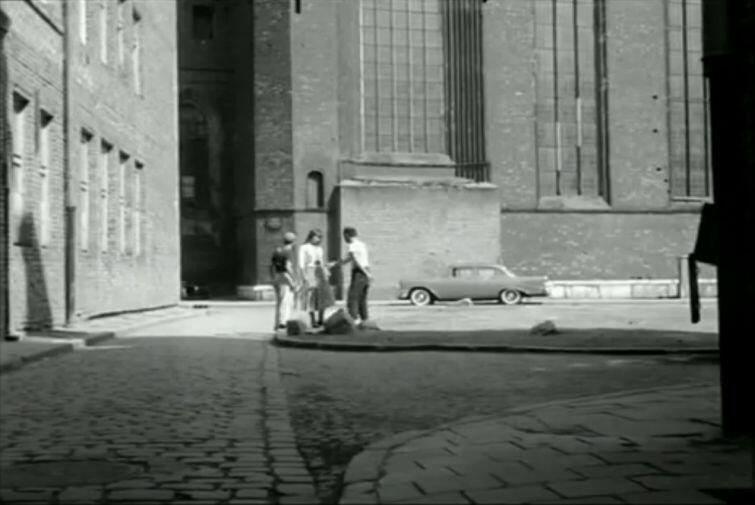 Kadr z filmu 'Dwaj ludzie z szafą'