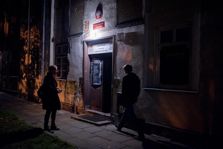 Wejście do budynku przy ulicy Sierocej