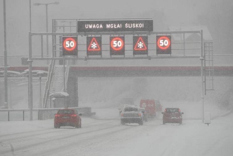 Opady śniegu cieszą dzieci, ale bardzo utrudniają życie kierowcom