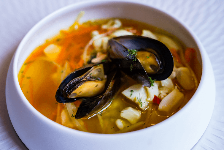 Bursztynowa zupa rybna z kalmarami i szafranem