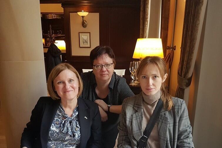 Angele Kryhul (w środku) podczas wizyty w Hotelu Radisson
