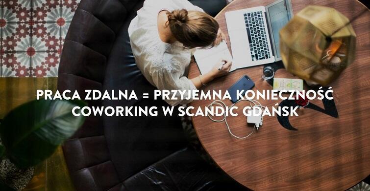 Na zdjęciu widać kobietę, która pracuje przy laptopie. Na biurku są też długopisy i kawa.