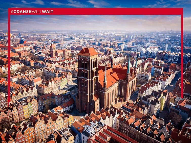 Zdjęcie przedstawia widok Bazyliki Mariackiej w Gdańsku z lotu ptaka