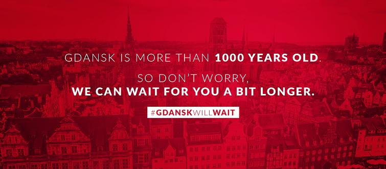 zdjecie przedstawia Gdańsk z lotu ptaka. Zdjecie zostało zaczerwienione i umieszczono na nim slogan kampanii Gdansk will wait