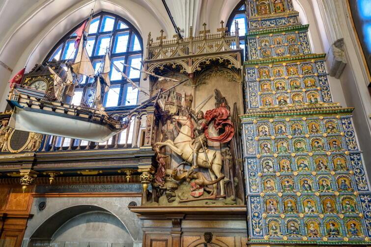 Zdjęcie przedstawia rzeźbę Grupa Ś w. Jerzego w Dworze Artusa - oddziale Muzeum Gdańska