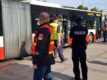Pasażerowie w maseczkach i przyłbicach - wspólne patrole policji i pracowników Centrali Ruchu ZTM w Gdańsku odnoszą skutek